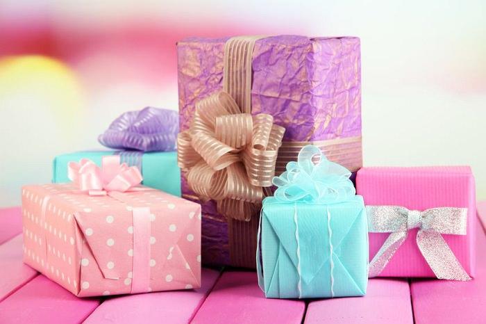 Cutii multiculore cu cadouri