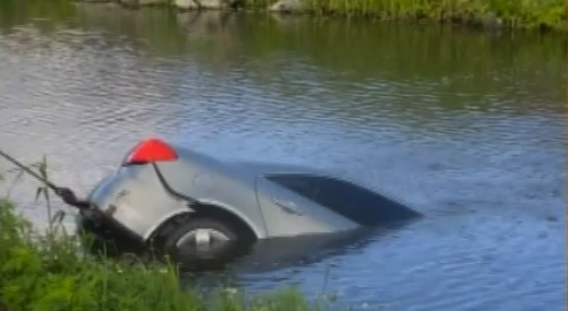 Masina cazuta intr-un canal